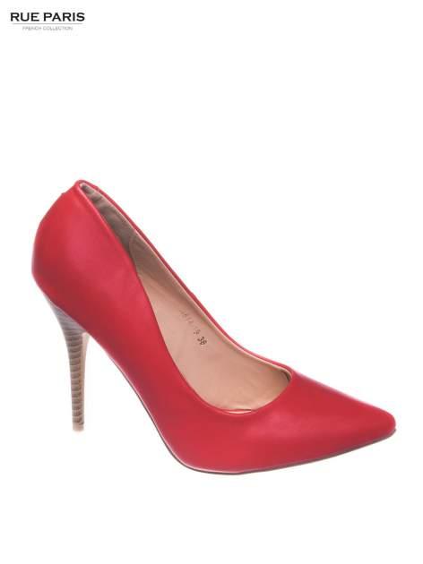 Czerwone szpilki ze smukłym noskiem