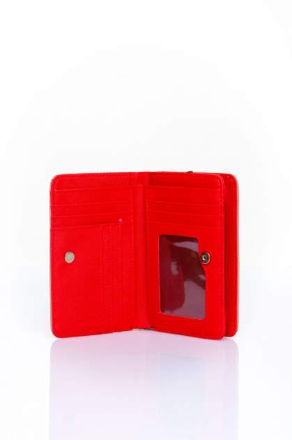 Czerwono-beżowy portfel z motywem geometrycznej plecionki                                  zdj.                                  3