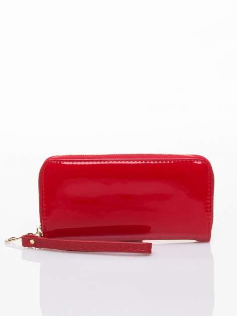 Czerwony lakierowany portfel z rączką