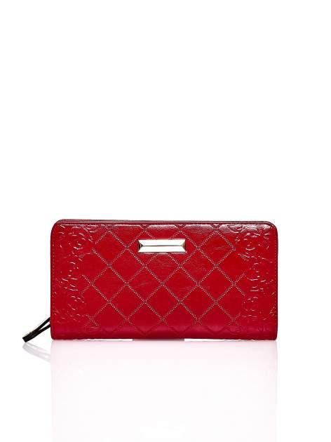 Czerwony pikowany portfel z kwiatowym tłoczeniem