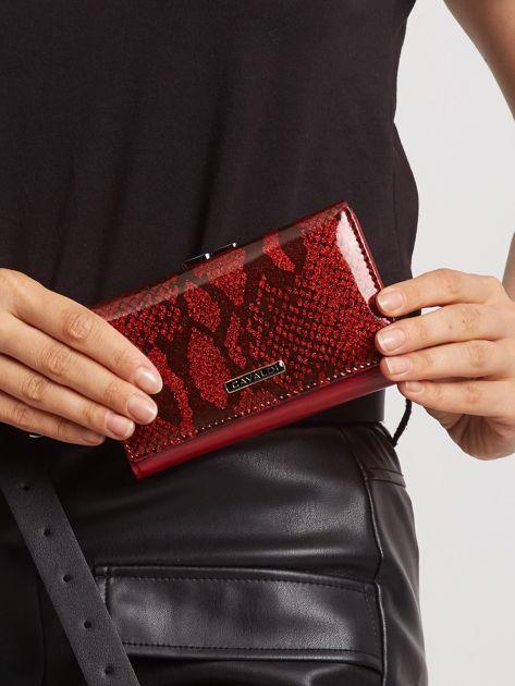 Czerwony portfel skórzany ze wzorem