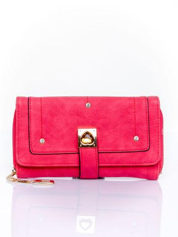 Czerwony portfel z dżetami i ozdobnym zapięciem