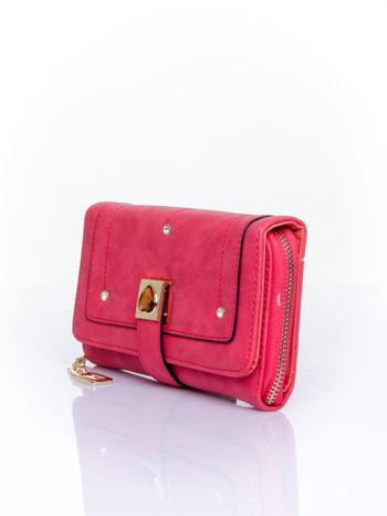 Czerwony portfel z dżetami i ozdobnym zapięciem                                  zdj.                                  3