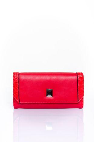Czerwony portfel z motywem skóry aligatora