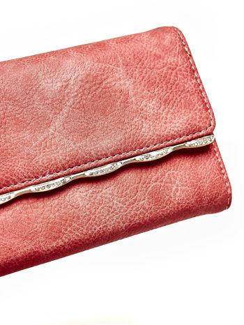 Czerwony portfel z ozdobną aplikacją                                  zdj.                                  6