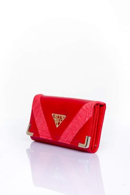 Czerwony portfel z ozdobnym detalem i złotymi okuciami                                  zdj.                                  3