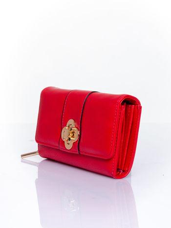 Czerwony portfel z ozdobnym zapięciem                                  zdj.                                  3