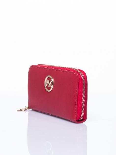 Czerwony portfel ze złotym logo i uchwytem                                  zdj.                                  2