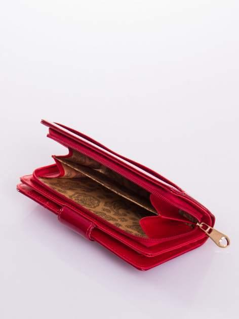 Czerwony portfel ze złotym zapięciem efekt skóry saffiano                                  zdj.                                  5