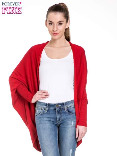 Czerwony sweter narzutka z nietoperzowymi rękawami