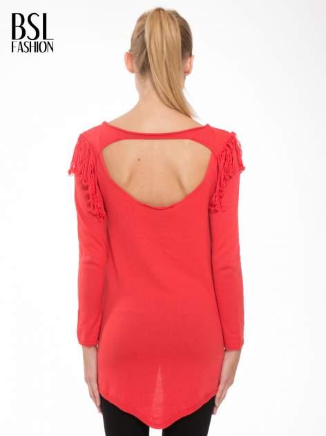 Czerwony sweter z frędzlami przy ramionach i dekoltem na plecach                                  zdj.                                  4