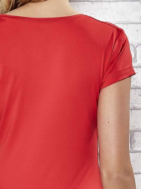 Czerwony t-shirt sportowy z dekoltem w lekkie V                                  zdj.                                  7