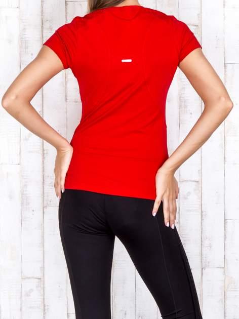 Czerwony t-shirt sportowy z pikowaną wstawką PLUS SIZE                                  zdj.                                  4