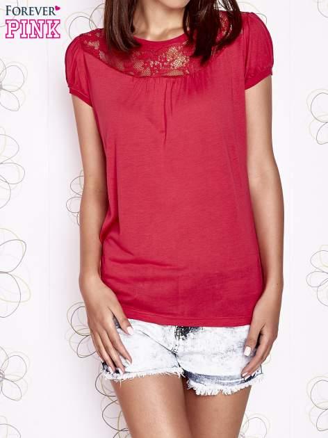 Czerwony t-shirt z ażurowym motywem                                  zdj.                                  1