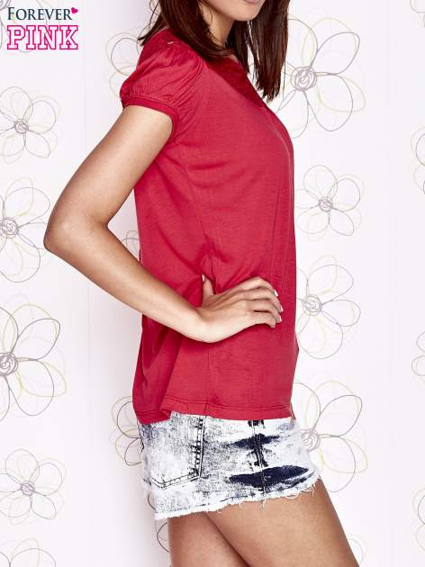 Czerwony t-shirt z ażurowym motywem                                  zdj.                                  3