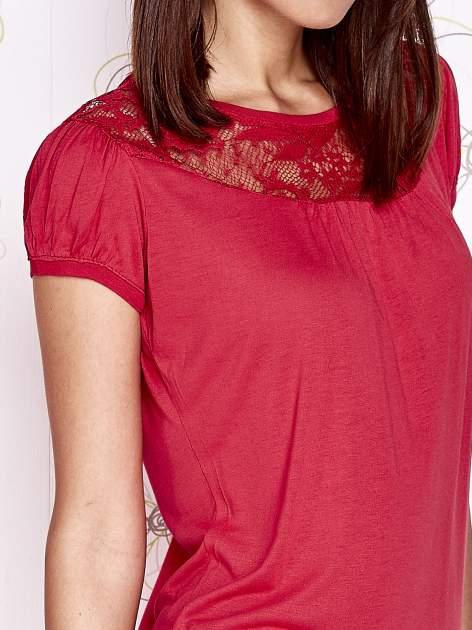 Czerwony t-shirt z ażurowym motywem                                  zdj.                                  5