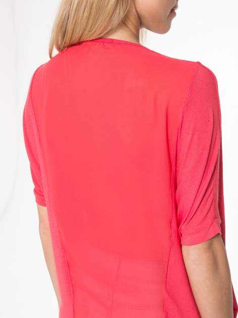 Czerwony t-shirt z frędzlami i siateczkowym tyłem                                  zdj.                                  6