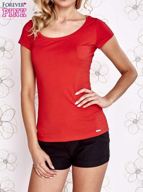 Czerwony t-shirt z kieszonką i koronkowym tyłem                                  zdj.                                  1