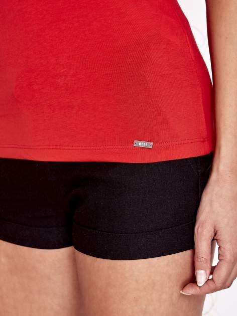 Czerwony t-shirt z kieszonką i koronkowym tyłem                                  zdj.                                  6