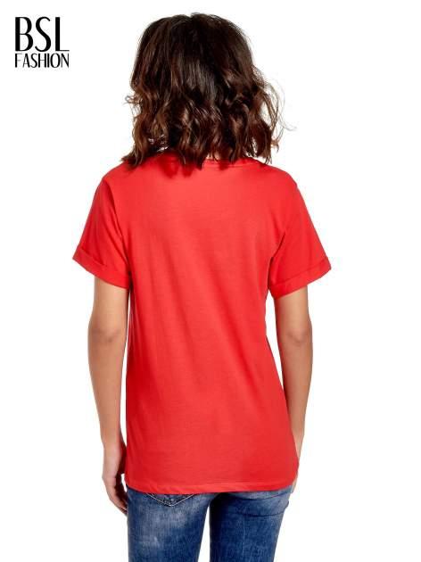 Czerwony t-shirt z modowym napisem CÉLINE PARIS                                  zdj.                                  4