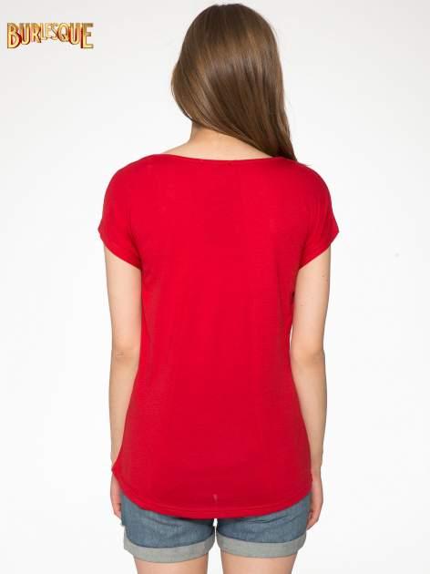 Czerwony t-shirt z motywem Paryża                                  zdj.                                  4