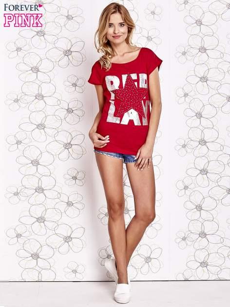 Czerwony t-shirt z motywem gwiazdy i dżetami                                  zdj.                                  4