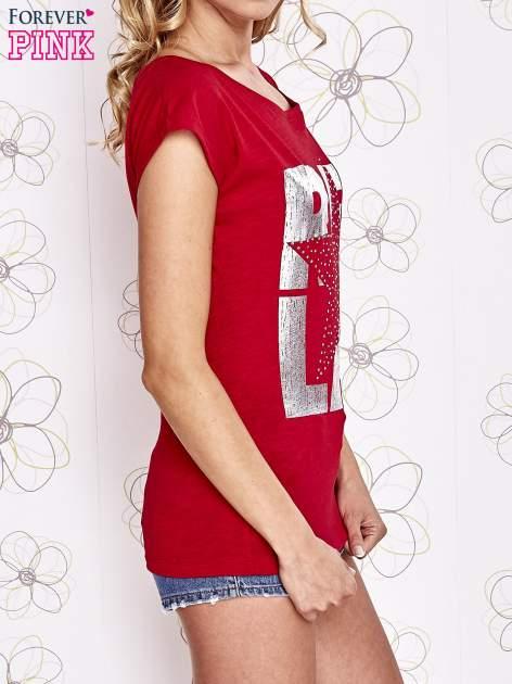 Czerwony t-shirt z motywem gwiazdy i dżetami                                  zdj.                                  3