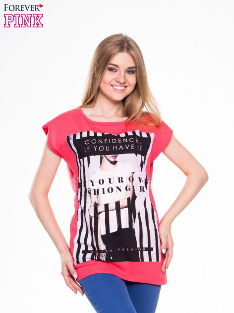 Czerwony t-shirt z nadrukiem kobiety w stylu fashion                                  zdj.                                  1