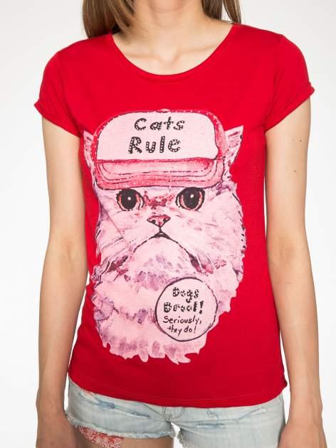 Czerwony t-shirt z nadrukiem kota i napisem CATS RULE                                  zdj.                                  7