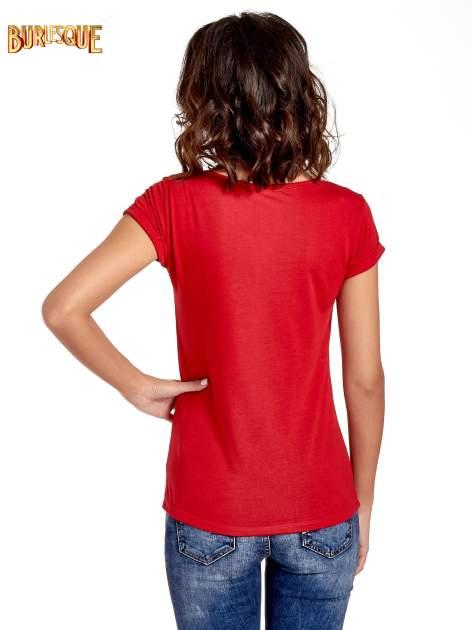 Czerwony t-shirt z nadrukiem szczeniąt                                  zdj.                                  6