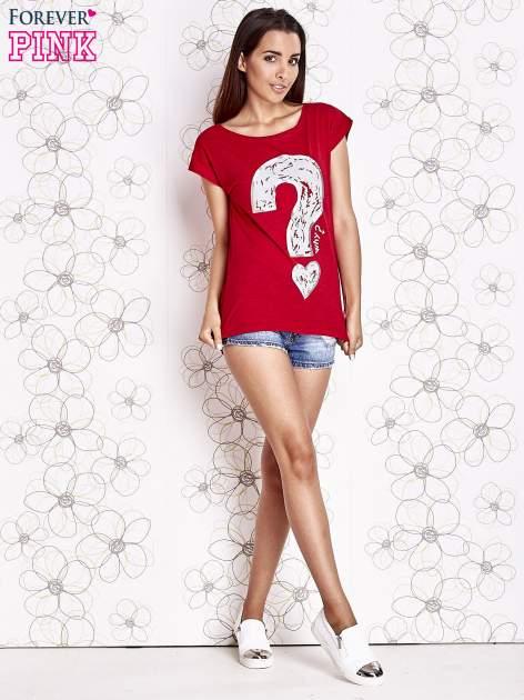 Czerwony t-shirt z nadrukiem znaku zapytania                                  zdj.                                  2