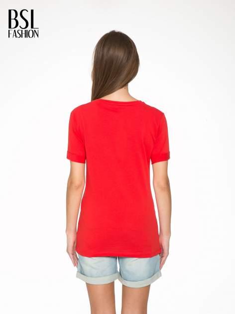 Czerwony t-shirt z napisem CÉLINE ME ALONE                                  zdj.                                  4
