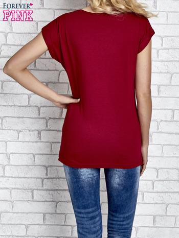 Czerwony t-shirt z napisem FASHION DISTRICT z dżetami                                  zdj.                                  2
