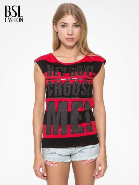 Czerwony t-shirt z napisem HEY BOY CHOOSE ME zdobiony cekinami