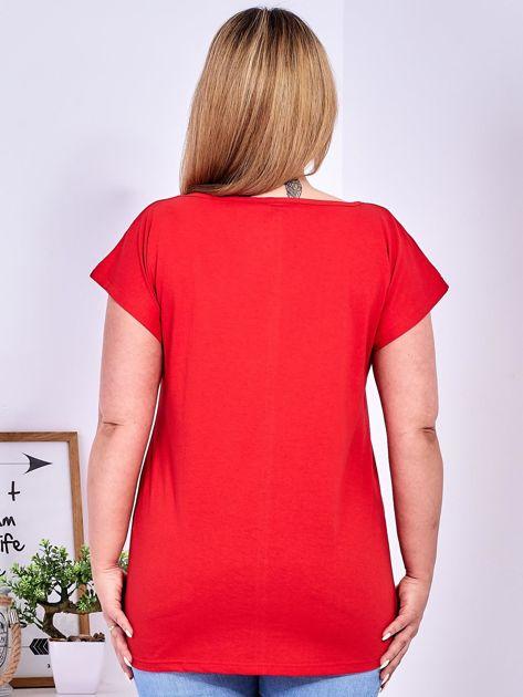 Czerwony t-shirt z roślinnym motywem PLUS SIZE                                  zdj.                                  2