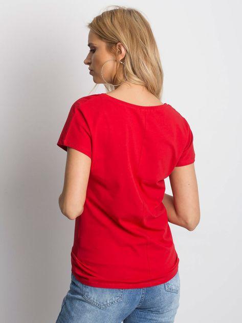Czerwony t-shirt z roślinnym motywem i perełkami                              zdj.                              2
