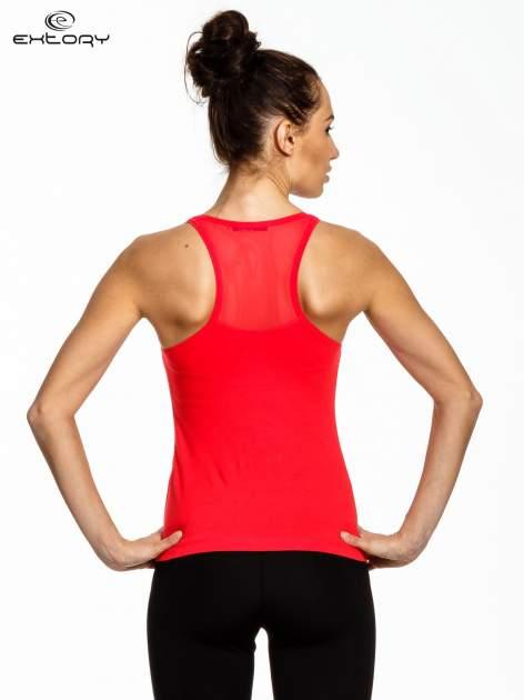 Czerwony top sportowy z logo z dżetów                                  zdj.                                  3