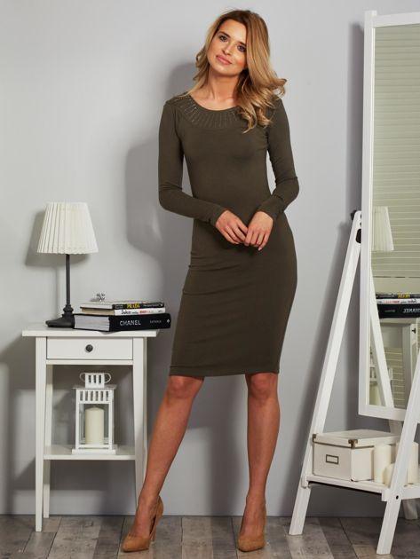 Dopasowana sukienka z dżetami przy dekolcie khaki                              zdj.                              4