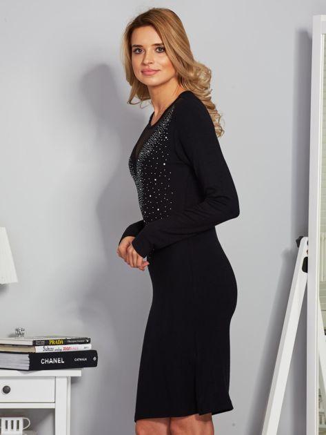 Dopasowana sukienka z ozdobnymi dżetami czarna                              zdj.                              3