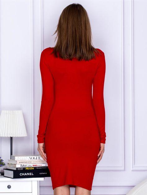 Dopasowana sukienka z wiązanym dekoltem czerwona                              zdj.                              2