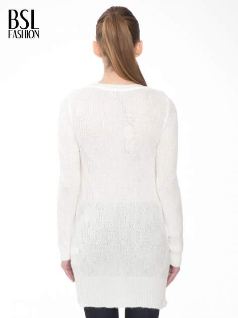 Ecru ażurowy długi sweter z rozporkami                                  zdj.                                  4