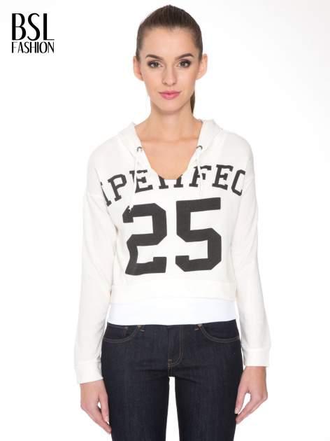 Ecru bluza cropped z katurem i nadrukiem numerycznym