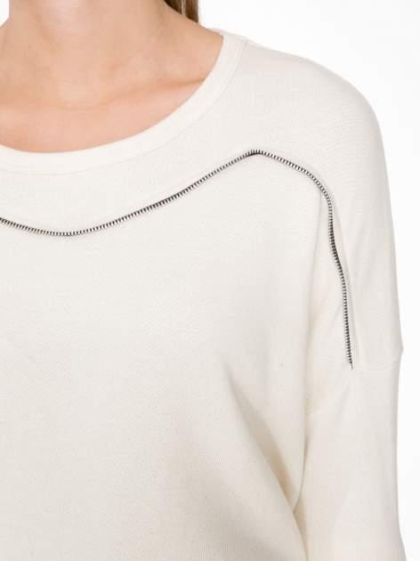 Ecru bluza z ozdobnym suwakiem                                  zdj.                                  5