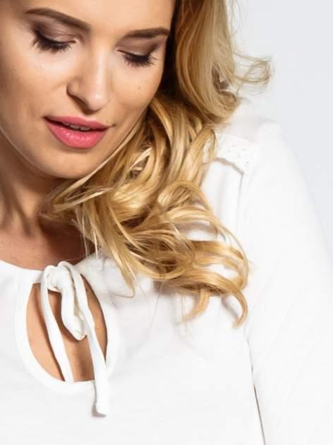 Ecru bluzka z wiązaną łezką z przodu                                  zdj.                                  5