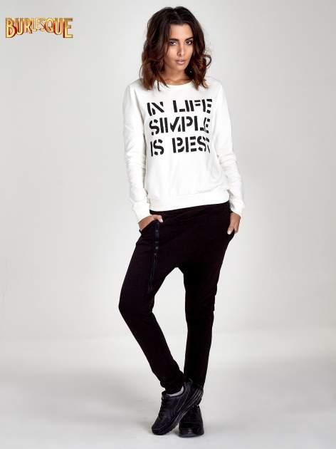Ecru klasyczna bluza damska z napisem IN LIFE SIMPLE IS BEST                                  zdj.                                  4