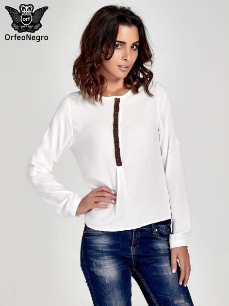 Ecru koszula ze wzorzystą wstawką w stylu etno                                  zdj.                                  1