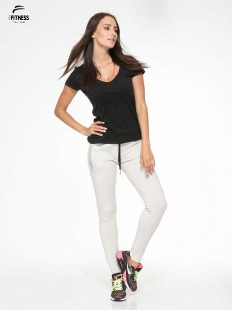 Ecru melanżowe spodnie dresowe z kieszeniami na zamek                                  zdj.                                  2
