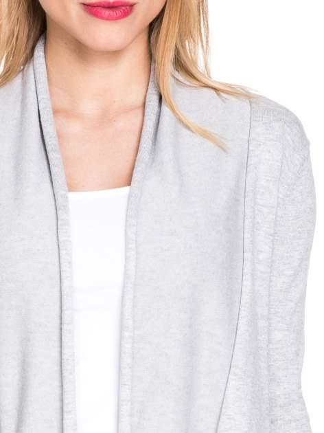 Ecru otwarty sweter narzutka z dłuższym tyłem                                  zdj.                                  4
