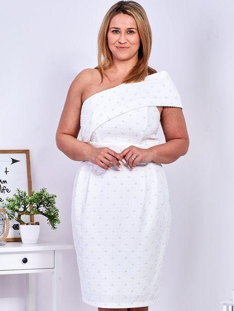 Ecru sukienka w drobne wypukłe wzory PLUS SIZE                                  zdj.                                  1