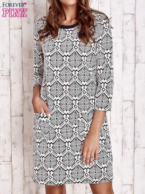 Ecru sukienka z graficznym wzorem i kieszeniami